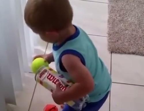 Niño recoge pelotas tenis